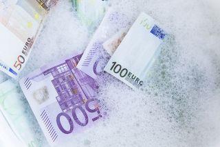 Foto: Geldscheine im Schaum